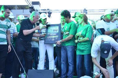 El alcalde de Torreón entregó un reconocimiento al presidente del Club Santos, Alejandro Irarragori.