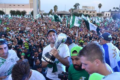 """""""El Cali"""" Izquierdoz contempla el trofeo del futbol mexicano."""