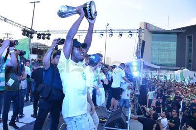Djaniny Tavares, visiblemente emocionado, muestra a la afición congregada en la Plaza Mayor el trofeo de la Liga.