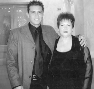 20052018 Ing. Abraham Sinhué García Guillén acompañado por su madre, María Félix Guillén González.