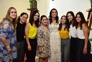 22052018 PRENUPCIAL.  Alana María Ramos Buera en compañía de sus amigas.