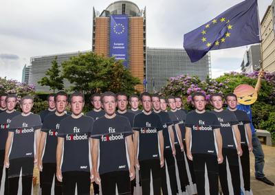 Aunque la comparecencia de Zuckerberg estaba prevista a puertas cerradas, la presión de los diputados consiguió que esta fuera retransmitida por Internet.