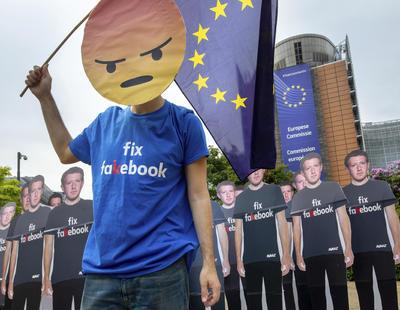 Activistas de Avaaz.org colocaron cartones con la forma de Mark Zuckerberg en tamaño real frente a la sede del Parlamento Europeo.