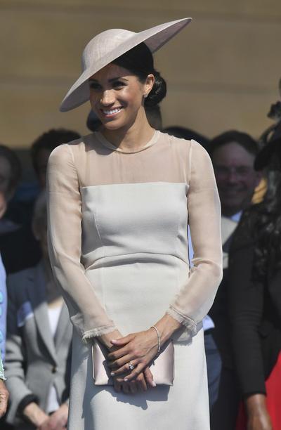 Meghan eligió un vestido rosa pálido de la marca británica Goat para la ocasión, que combinó con un sombrero estilo platillo de Philip Treacy.