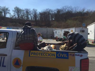 Unidades de Protección Civil de Mazatlán trasladaron al resto de los ocupantes del camión hasta una zona segura.