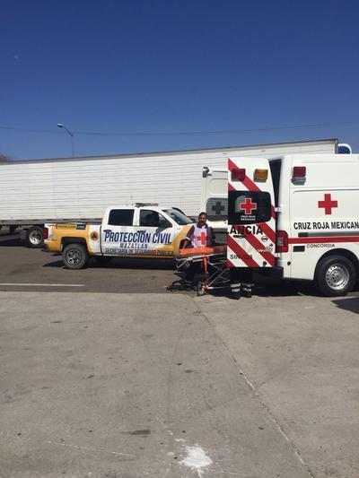Rescatistas de la Cruz Roja de Concordia apoyaron en el traslado de los heridos.