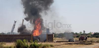 Testigos del hecho reportaron a los números de emergencia llamas de hasta diez metros de altura, acompañadas por explosiones.