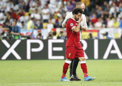 Salah salió entre lágrimas por una lesión luego de recibir una dura entrada de Ramos.