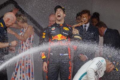 Gran celebración del australiano durante la premiación.