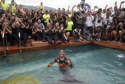 Ricciardo se lanzó a la fuente celebrando su victoria.