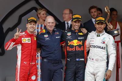 Los tres pilotos posan junto a Adrian Newey, parte del equipo de trabajo de Red Bull.