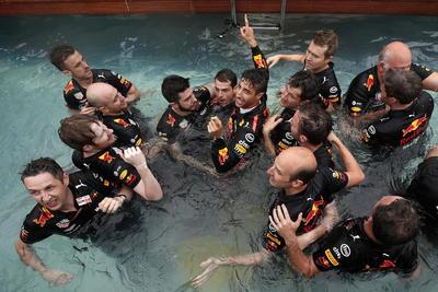 Todo el equipo de Daniel Ricciardo festejó entrando en la fuente cercana a la zona de pits.