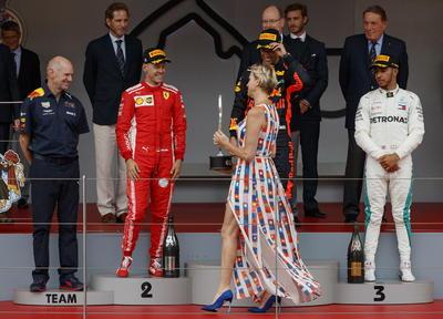 La princesa Charlene fue la encargada de entregar los premios a los pilotos.