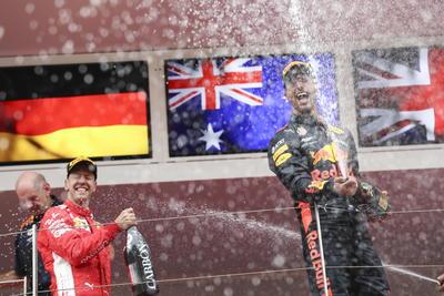 Ricciardo festeja con Vettel y Hamilton.