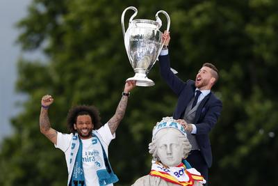 Una vez más, ese privilegio correspondió a los capitanes Sergio Ramos y Marcelo Vieira, bajo la atenta mirada del resto de sus compañeros.