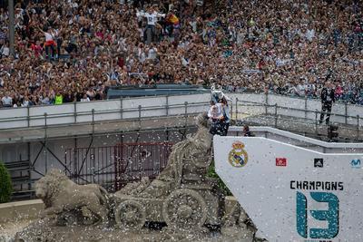 En torno la estatua de Cibeles les esperaba una plataforma para que pudieran realizar sobre la misma una vuelta de honor, algo que hicieron jaleados por la multitud de aficionados que en ocasiones cantaban por iniciativa de Sergio Ramos.