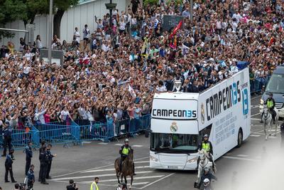 La plantilla llegó cerca de las 20:20 (hora local España) en un autobús descapotable tras la tradicional visita al Ayuntamiento y la Comunidad de Madrid.