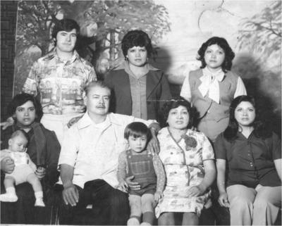 27052018 Carlos Mata y Belém González con sus hijas, Profra. Martha, Profra. Guadalupe, Profra. Adela, Profra. Carmen y nietos, en 1978.
