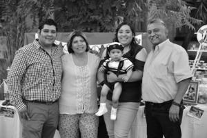 27052018 El festejado con sus papis y padrinos, Claudia Mayela Arjón y Víctor Hugo Pacheco.