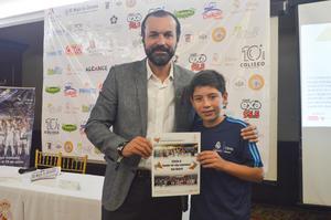 27052018 Director Comercial de la Fundación Real Madrid Clinic México, Lic. Jose Perez Elias, junto al ganador del viaje experiencia Real Madrid, Aníbal Sotelo Enríquez.
