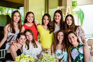 Maria con algunas de sus amigas