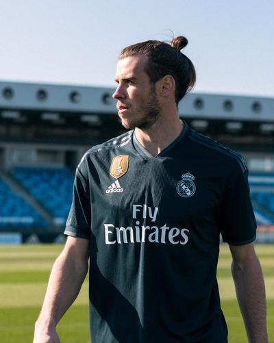 El delantero galés Gareth Bale al igual que Cristiano Ronaldo, quieren dejar el Real Madrid, pero antes el británico posó con su playera nueva.
