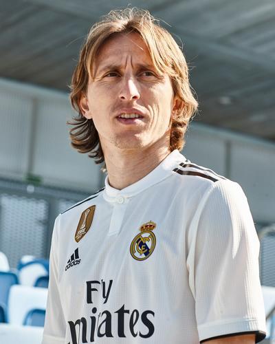 El centrocampista croata Luka Modric se siente cómodo y dinámico con este nuevo diseño de lineas cortas.
