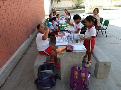 Los alumnos no soportan el calor dentro de las aulas. Hoy miércoles, sus clases concluyeron a las 11 am.