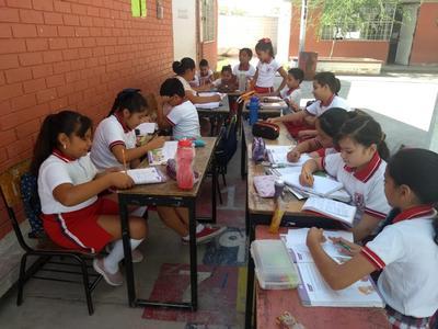 Esta mañana, alumnos y maestros de la primaria Jesús Alejandro Torres de la Rosa de la colonia Rincón La Merced tomaron sus clases en el patio escolar debido a que tienen diversas fallas en las instalaciones eléctricas.