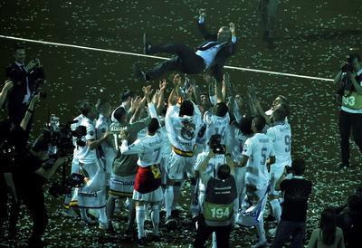 La plantilla festejó con el 'Míster' en la cancha del Santiago Bernabéu.