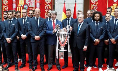 Zidane y la plantilla estuvieron en el Ayuntamiento de Madrid, dentro de los festejos por la 13.ª Champions.