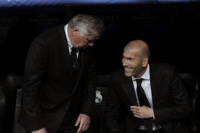 Zidane tuvo su primera experiencia como auxiliar técnico de Carlo Ancelotti, con quien logró salir campeón de Champions League en Lisboa, la décima para el Madrid.