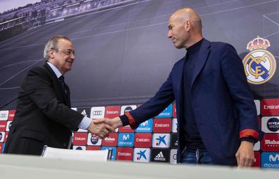 Florentino Pérez y Zinedine Zidane en la conferencia de este día en que el francés dimitía como técnico merengue.