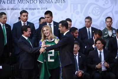 El capitán del equipo y quien está a punto de cumplir su quinta Copa del Mundo, Rafael Márquez, fue el encargado de entregar una playera al presidente de México y a su esposa, además de asegurar que van con la ilusión de conquistar el título.