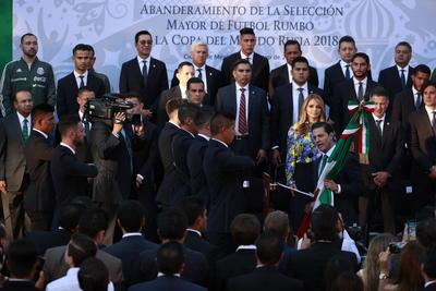 Dos días antes de su partido de despedida en el Estadio Azteca, el Tricolor visitó al presidente de México, Enrique Peña Nieto, quien pidió a los jugadores entrega total durante su participación en la justa del orbe.
