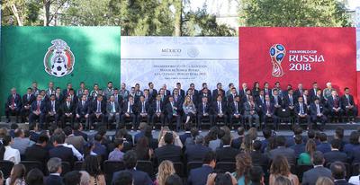 Con la encomienda de dar lo mejor en la Copa del Mundo Rusia 2018 y traer el trofeo al país, la Selección Mexicana de futbol fue abanderada en la explanada Francisco I. Madero de la residencia oficial de Los Pinos.