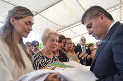 La ceremonia fue presidida por Miguel Ángel Riquelme Solís, quien entregó un lienzo con el escudo de Piedras Negras a Cynthia Villarreal, viuda de Fernando Purón.