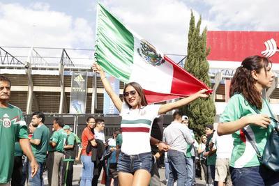 """Con banderas y cánticos, los aficionados no pararon de apoyar al """"Tricolor"""" antes de brincar al campo."""
