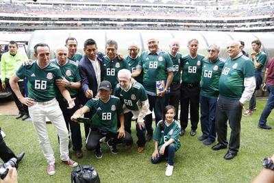 """Los exjugadores del """"Tricolor"""" participaron en la tradicional fotografía."""