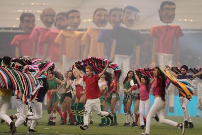 Bailarines, botargas y hombres caracterizados inundaron la cancha del Azteca en la pausa de los 15 minutos.