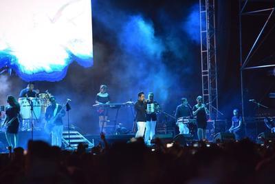 Los músicos de la delegación Iztapalapa continuaron su participación con El listón de tu pelo, Juventud y otros hits.