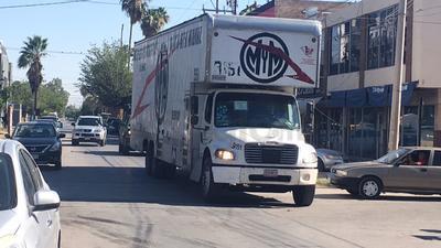 Los camiones arribaron a las Juntas Distritales 05 y 06 del Instituto Nacional Electoral (INE).