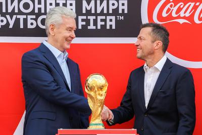 La presea más codiciada del futbol internacional fue recibida por el alcalde de la ciudad Serguei Sobianin.