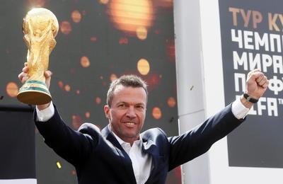 En una ceremonia pública en la plaza Manege de Moscú, la Copa de Campeón del Mundo llegó a Rusia.