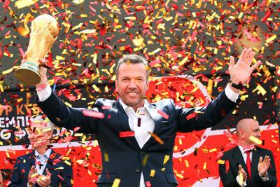 De la mano de Lothar Matthaus, campeón del mundo con Alemania en 1990, el trofeo de la Copa Mundial de la FIFA llegó Moscú.
