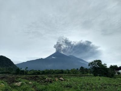 La ceniza que lanzó el coloso alcanzó los 10,000 metros de altura sobre el nivel del mar, y según el Instituto Nacional de Sismología, Vulcanología, Meteorología e Hidrología (Insivumeh), esta erupción, la segunda del año del volcán de Fuego, es la más fuerte de los últimos años.