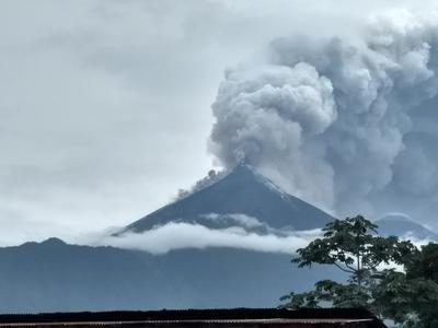 Toda Guatemala fue declarada en alerta naranja o de prevención, mientras que los departamentos de Escuintla, Chimaltenango y Sacatepéquez, donde su ubica el volcán de Fuego, están en alerta roja.