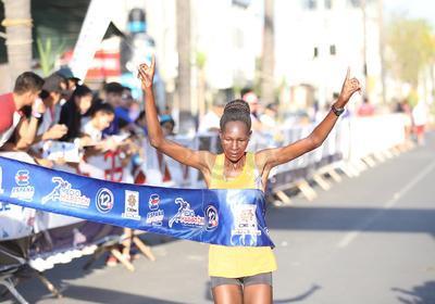 Mientras que la rama femenil la carrera se la lleva Caroline J. Kiptoo.