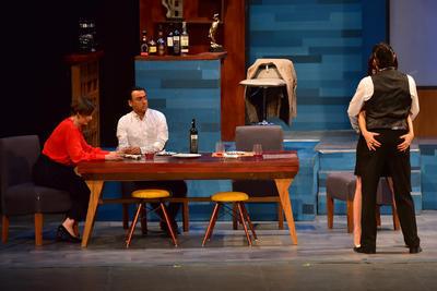 Mauricio Islas también estuvo en el montaje producido por Sergio Gabriel, Dos más dos, junto a Adal Ramones, Mónica Dionne y Laura Ferreti.