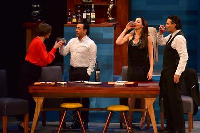 El elenco esta conformado por Adal Ramones,  Mauricio Islas, Mónica Dionne y Laura Ferreti.